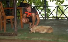 Seychellen-Moyenne-049-Florian mit Hund von Brendon Grimshaw